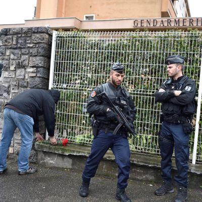 Människor lämnar blommor till minne för den döda hjältepolisen i Carcassonne.