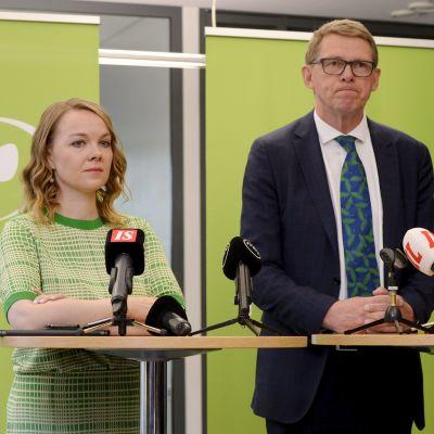 Centerns partiordförande Katri Kulmuni står bredvid blivande finansminister Matti Vanhanen under presskonferensen där Kulmuni berättade att Vanhanen utsetts till posten.