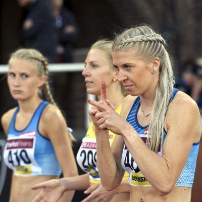 Nathalie Blomqvist, Hanna Hermansson och Sara Kuivisto på startstrecket.