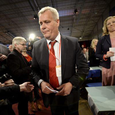 Antti Rinne valdes med knapp majoritet till ordförande för Socialdemokraterna