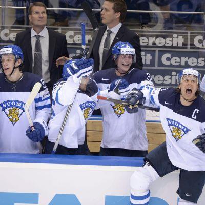 Olli Jokinen jublar åt Finlands seger.