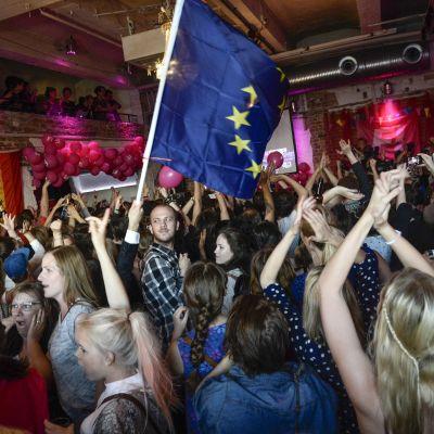 Jubel på Feministiskt initiativs valvaka efter resultatet i EU-valet.