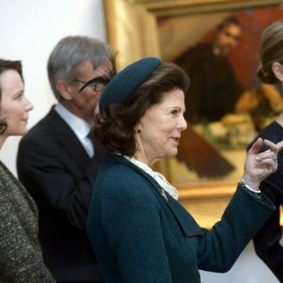 Drottning Silvia och presidentfrun Jenni Haukio besöker Ateneum.