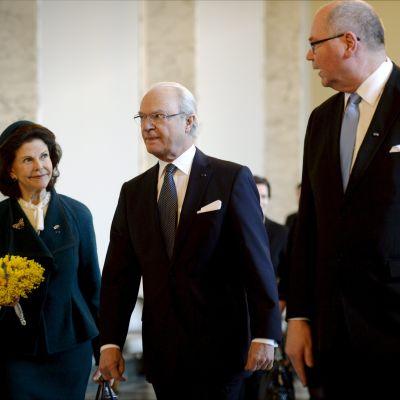 Kungaparet besöker riksdagen. Här med riksdagens talman Eero Heinäluoma.
