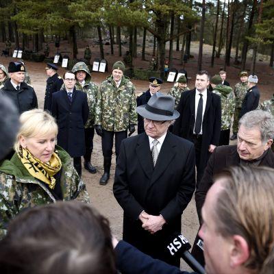 Carl XVI Gustaf och svensk utrikesministern Margot Wallström besökte Sandhamn tillsammans med president Sauli Niinistö på onsdagen.