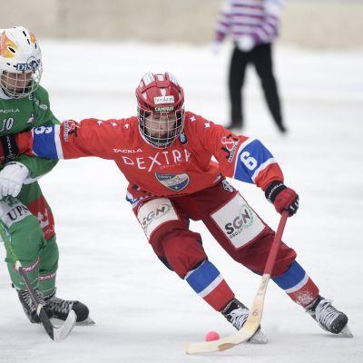 Aku Ojanen och Antti-Jussi Ropo kämpar