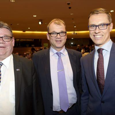 Partiledarna Timo Soini, Juha Sipilä och Alexander Stubb efter presskonferensen.