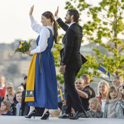 Prins Carl Philip och Sofia Hellqvist firar Sveriges nationaldag på Skansen 2015.