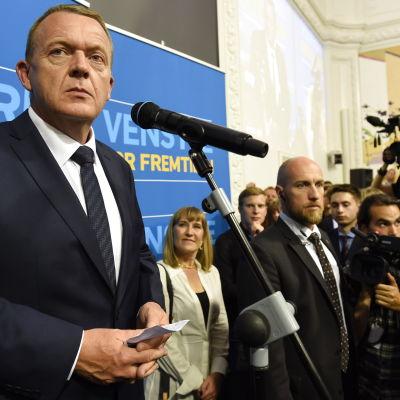 Lars Løkke Rasmussens Venstre backade, men Løkke ändå bilda regering.