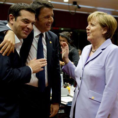 Greklands och Italiens premiärministrar Tsipras och Renzi tillsammans med Tysklands förbundskansler Merkel