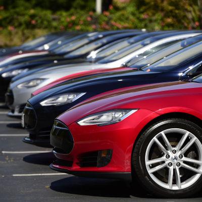 Teslabilar utanför bolagets huvudkontor i Palo Alto i Kalifornien