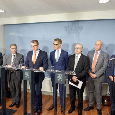 Arbetsmarknadsorganisationerna och regeringen håller presskonferens 28.9.2015.