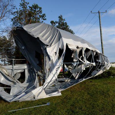Stormen Valio blåste omkull ett förvaringstält i Norra Österbotten.