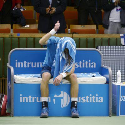 Jarkko Nieminen efter sin sista singelmatch i Stockholm Open.