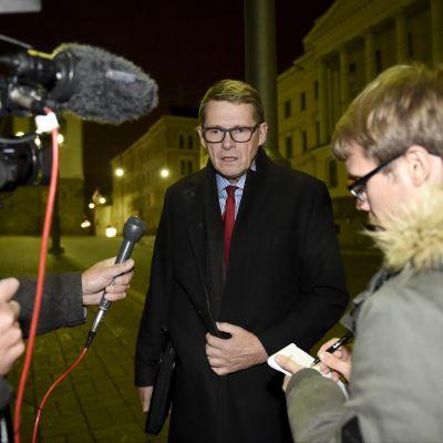 Matti Vanhanen (C) lämnar förhandlingarna  om social- och hälsovårdsreformen natten den 6 november 2015.