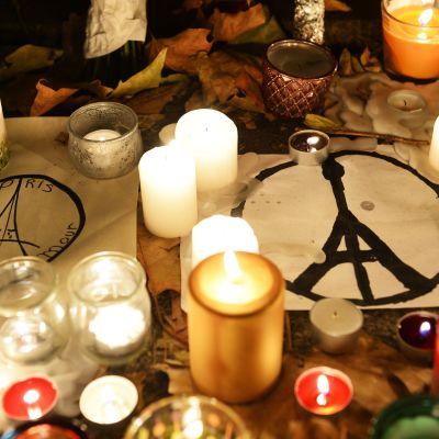 Ljus till minnet av offren i terrorattentatet i Paris.
