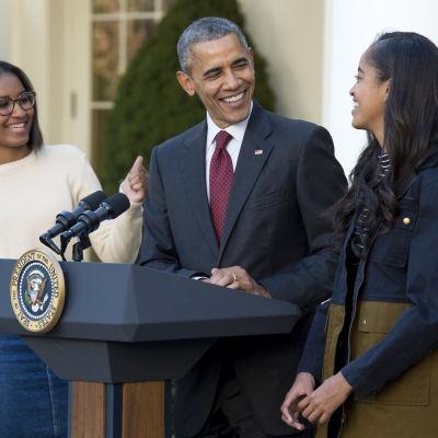 Barack Obama tillsammans med döttrarna Sasha (till vänster) och Malia. Obama håller presskonferens om vilka två kalkoner som benådas inför thanksgiving-helgen.