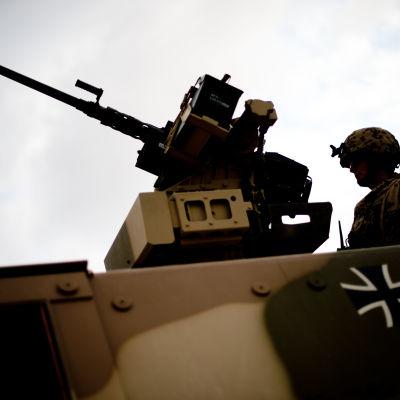 Tysk soldat säkrar ett maskinvapen.