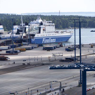 Finnlines fartyg i hamnen i Nordsjö