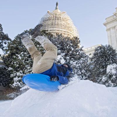 Unga i Washington åker i backen utanför den amerikanska kongressen, Capitol Hill
