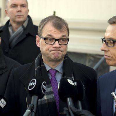 Statsminister Juha Sipilä (C), finansminister Alexander Stubb (Saml) och justitie- och arbetsminister Jari Lindström (Sannf) håller presskonferens om konkurrenspaketet 29.2.2016