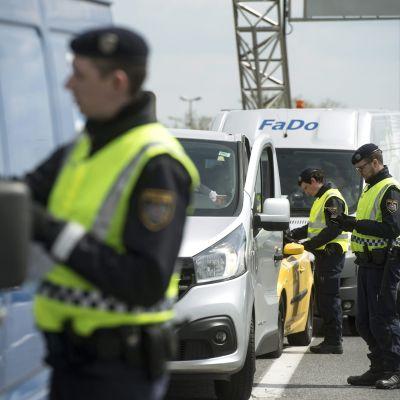 Österrikiska poliser kontrollerar bilar för att stävja illegal invandring.
