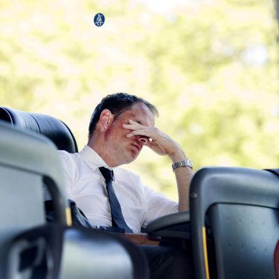 En besviken Ajax-tränare Frank de Boer sitter i lagets buss.