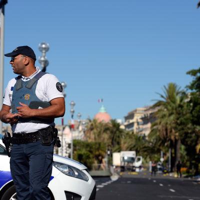 Efter lastbilsattacken på strandpromenaden i Nice.