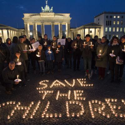 Rädda Barnen hedrade den här veckan barnoffren i det över fem år långa kriget bl.a i Ber in( id Brandenburger tor på bilden) Aleppo, New York och Toronto