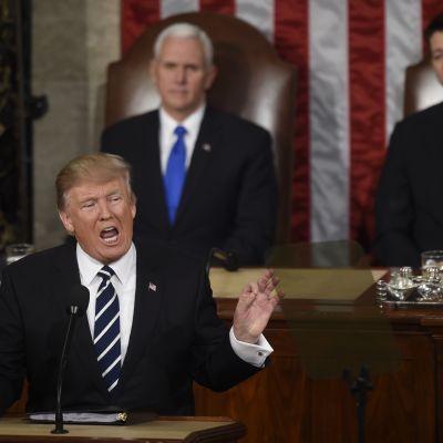 Donald Trump håller tal i kongressen med vice president Mike Pence och representanthusets talman Pau Ryan i bakgrunden 29.2.2017