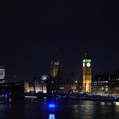 Polisoperationen i London fortsatte in mot natten.
