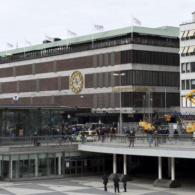 Lastbil körde in i varuhuset Åhléns i centrala Stockholm den 7 april 2017.