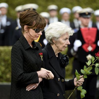 Assi och Tellervo Koivisto vid gravläggningen av president Mauno Koivisto på Sandudds begravningsplats den 25 maj 2017.