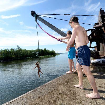Pojkar hoppar i vattnet.