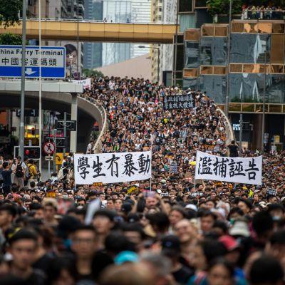 tusentals demonstranter på gatorna i Honkong.