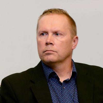 Centralkriminalpolisens Kimmo Huhta-aho vid ett presstillfälle efter skjutningarna i Borgå.