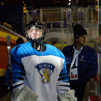 målvakten Kiia Lahtinen väntar på att få gå ut på isen.