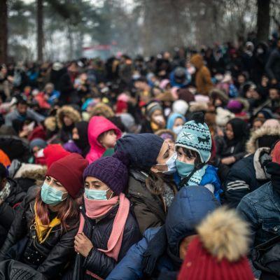 Migranter och flyktingar samlade i buffertzonen mellan Turkiet och Grekland i Pazarkule på lördagen.