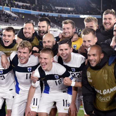 Suomen maajoukkueen pelaajat juhlimassa 1–0-voittoa Irlannista Kansojen liigan ottelussa Olympiastadionilla lokakuussa 2020.