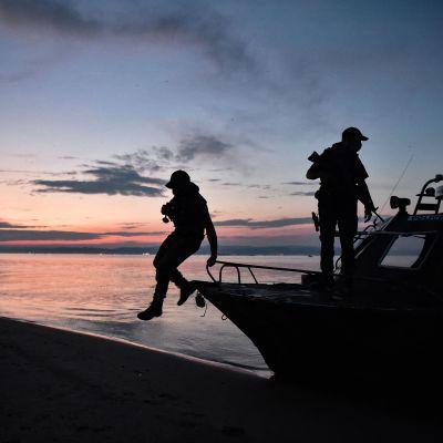 Grekisk polis patrullerade vid Evros-floden den 8 juni.