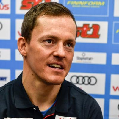 Sami Jauhojärvi på presskonferens.