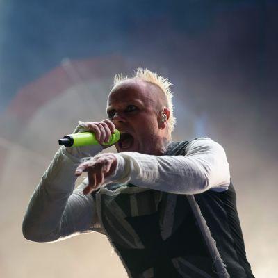 Keith Flint sjunger under en konsert.