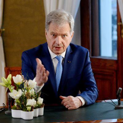 Sauli Niinistö håller tv-tal i Presidentens slott