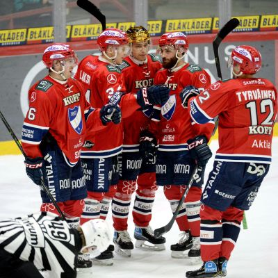 HIFK-spelare firar ett mål