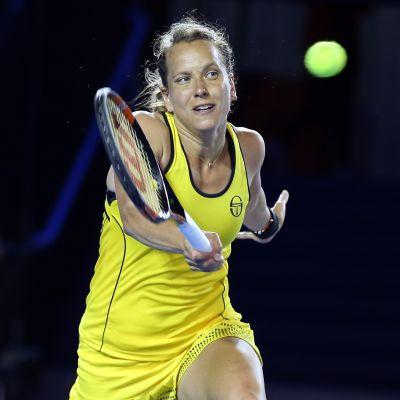 Barbora Strycova lyö palloa.