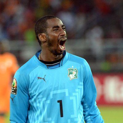 Norsunluurannikon maalivahti  Boubacar Barry juhlii voitto-osumaa.