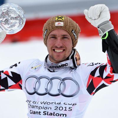 Marcel Hirscher juhlii kristallipallo kädessään.