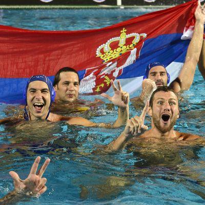 Serbian pelaajat juhlivat EM-kultaa.