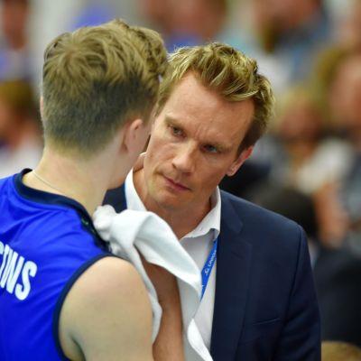 Elviss Krastins och Tuomas Sammelvuo samtalar under en volleybollmatch.