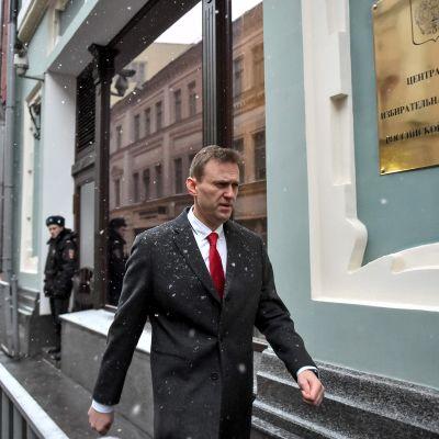 Navalnyj på väg till valkommissionens högkvarter i Moskva på måndagen 25.12.2017.